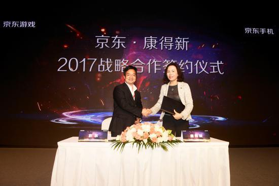 康得新集团CEO徐曙和京东集团副总裁、3C事业部总裁胡胜利分别代表双方在《战略合作协议书》上签字。