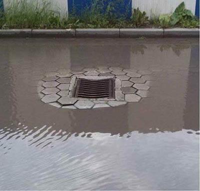 排水能力太强导致周围出现了真空