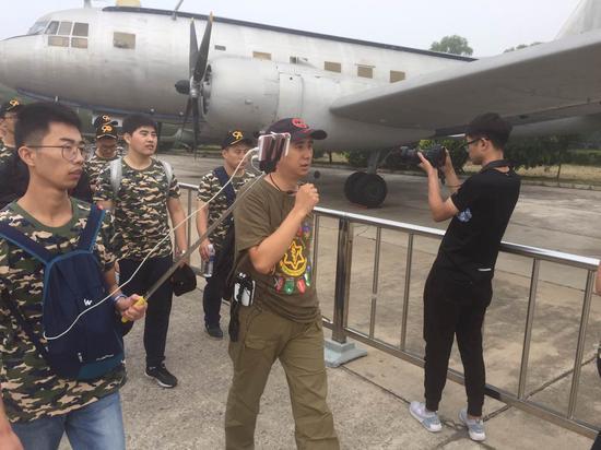 中国航空博物馆,空中网特邀的肖宁和白孟宸两位军事专家正在对玩家进行讲解,共青团小哥也同步直播