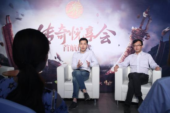 王越(右)、郑磊(左)接受媒体群访问