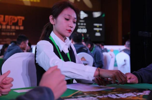 TUPT棋牌锦标赛总决赛-美女发牌员-现场发牌