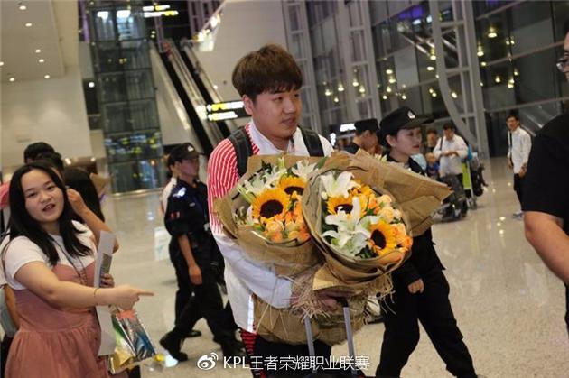 鲜花是对英雄们的礼赞,抱着这么多束鲜花的奶茶教练不知道有没有萌到大家呢?