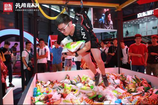 京东游戏展台真人抓娃娃机吸引了大批观众的围观体验