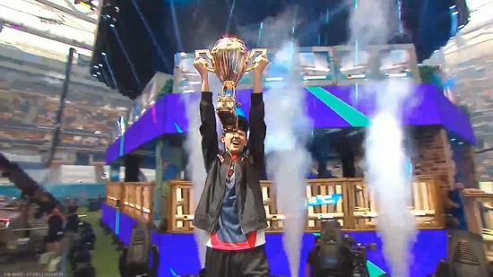 【天龙扑克】堡垒之夜世界杯单排冠军Bugha 16岁的羞涩男孩