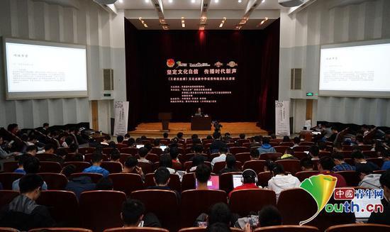 """学生们在""""坚定文化自信传播时代新声""""活动现场。中国青年网通讯员 张普庆摄"""