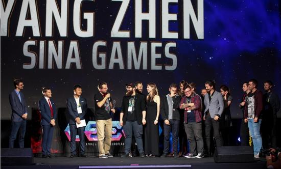 左三:新浪游戏事业部总经理 杨振