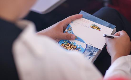 乘客认真撰写祝福明信片
