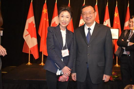 中国文化部部长雒树刚(右)与联盟电竞CEO冯青女士合影(左)