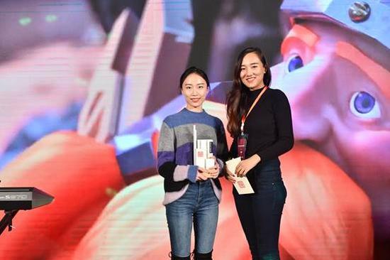 最佳核心玩法奖:莉莉丝《剑与家园》(左)颁奖嘉宾:Vivo 商务负责人 李彦琪(右)