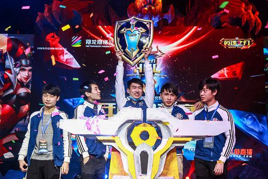 举起《英魂之刃》全民联赛年度总决赛冠军奖牌的Top战队