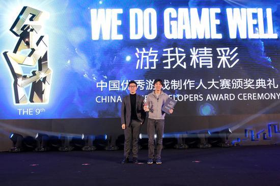 盛大游戏副总裁谭雁峰(右)代表公司领奖