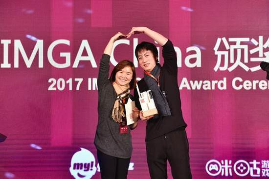 最佳音效奖:Irisloft《雨纪》(右) 颁奖嘉宾:OPPO游戏业务合作负责人尹洁(左)