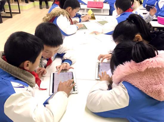 孩子们使用平板电脑进行学习互动