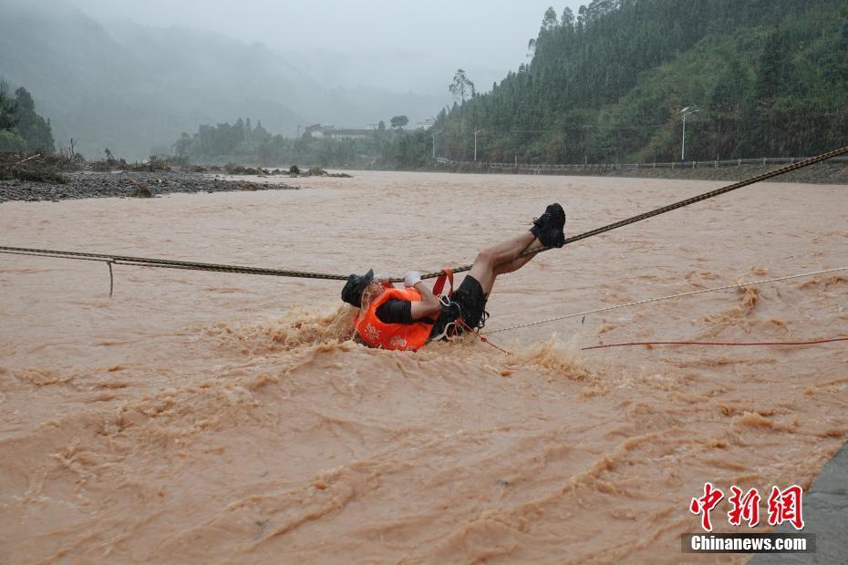 河源再遭暴雨村庄成孤岛 武警官兵悬绳救援被困民众