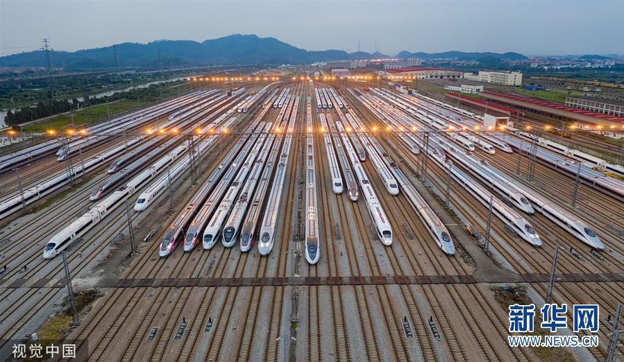 广州:清晨待出发的高铁动车组