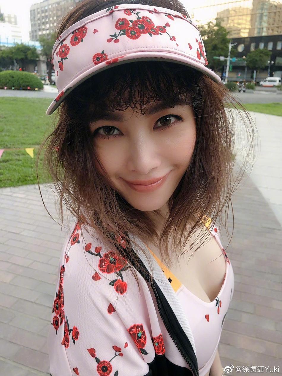 41岁徐怀钰被嘲身材走样似大婶 晒腰露美腿反击