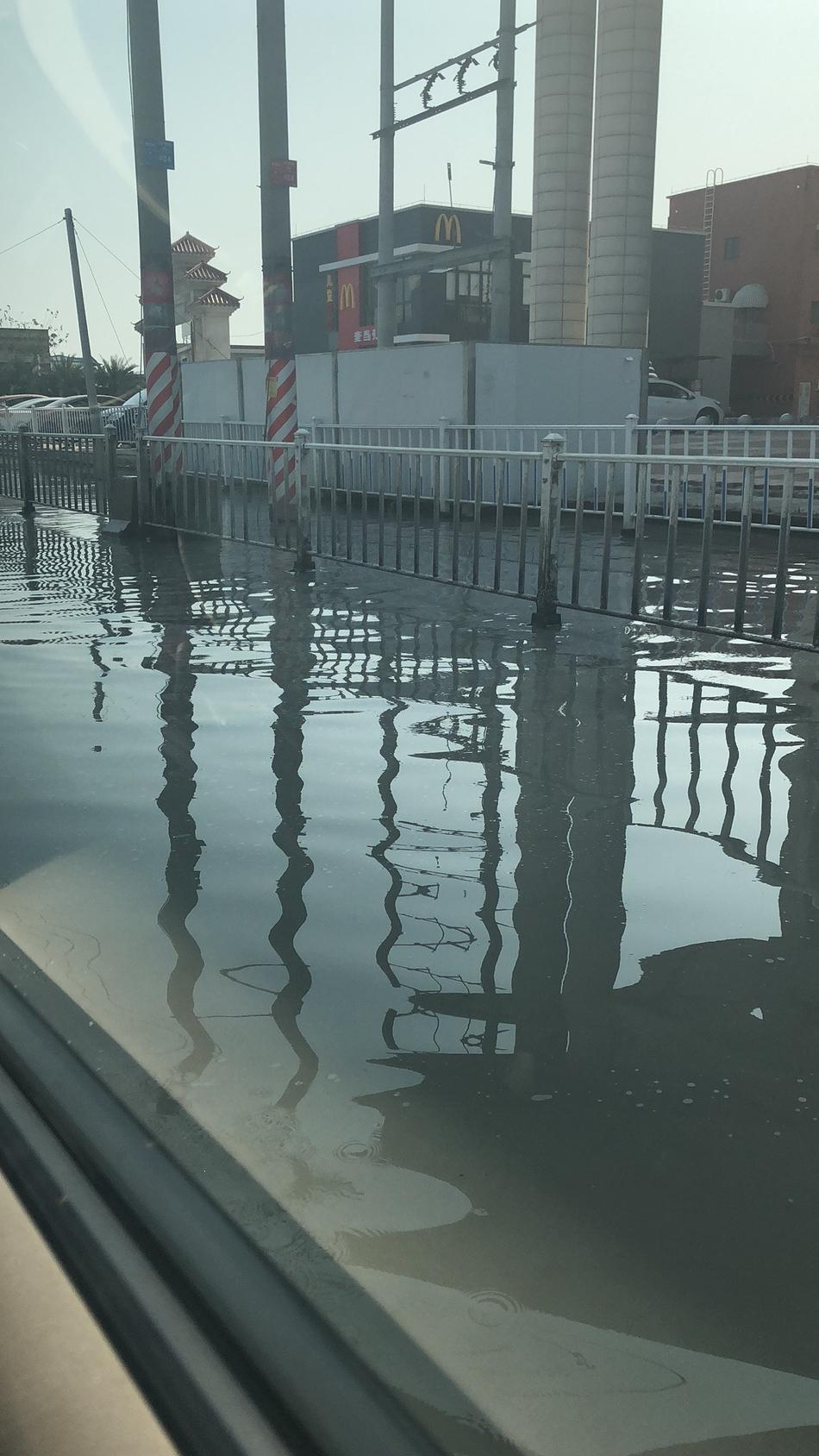 广东佛山道路塌陷 地陷面积约2个篮球场大有积水