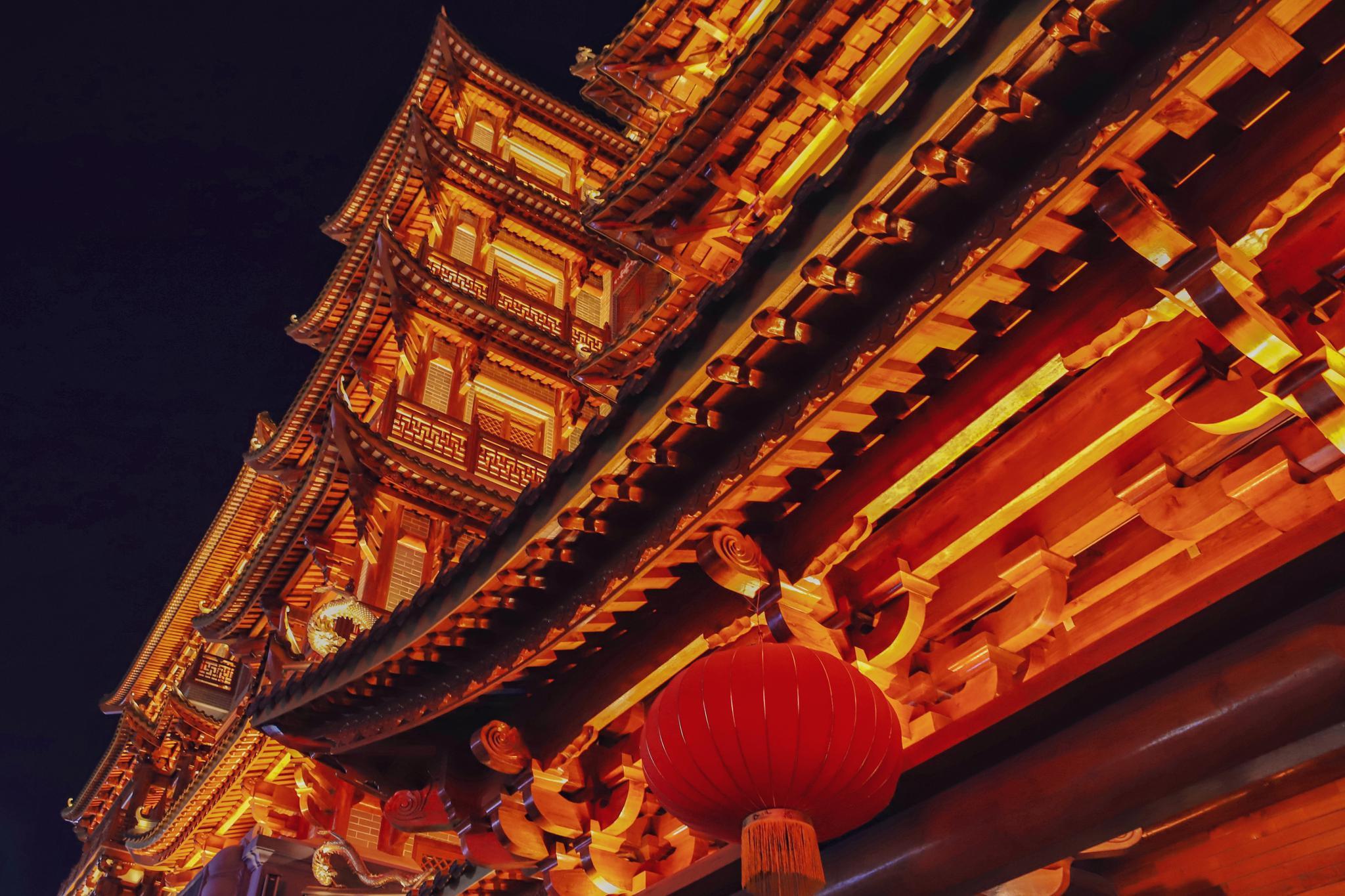 位于闹市中的大佛寺 一到晚上灯火通明颇为壮观