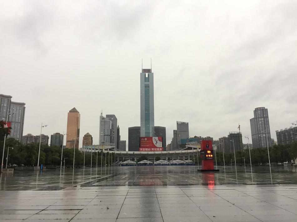 白昼如夜 广州下班高峰遇雷暴雨天气