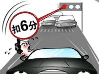 清远两辆小车违法各超百次被警方截下 多为闯红灯超速