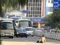 江门男子打赤膊躺在路中间 冲司机大喊:车死我(图)