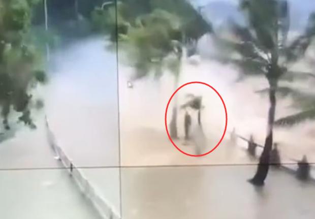 台风天鸽珠海情侣路监控视频:狂风呼啸 男子淡定推车