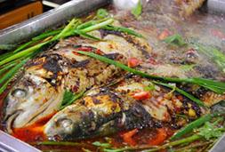 火爆员村夜市的超香烤鱼
