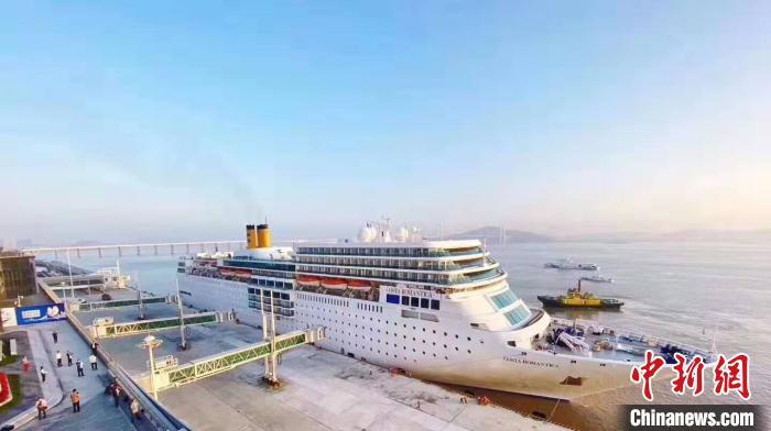 全国规模最大的邮轮母港综合体——广州南沙国际邮轮母港17日正式开港运营。图为首次进港的邮轮。中交供图
