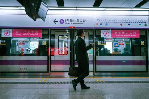 深圳地铁上引恐慌的5人受审