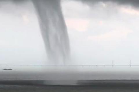 """12日16时30分至16时50分前后珠海出现的""""水龙卷""""(图片:微博)"""