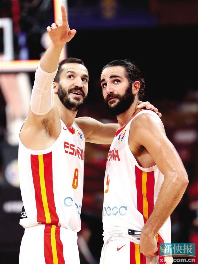 ■西班牙队卢比奥(右)与队友在比赛后交流。新华社发