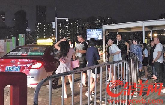 在琶醍等待出租车的人群
