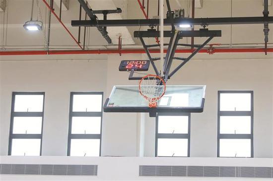 ▲南山外国语学校(集团)高级中学体育馆配备可升降的篮球架。