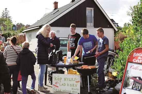 年轻人在路边出售自制烤肠和甜点