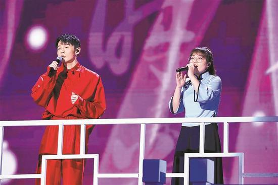 ▲李荣浩和邢晗铭(右)合唱。