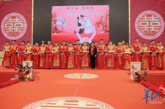 领导嘉宾为新人颁发婚书和祝福纪念品