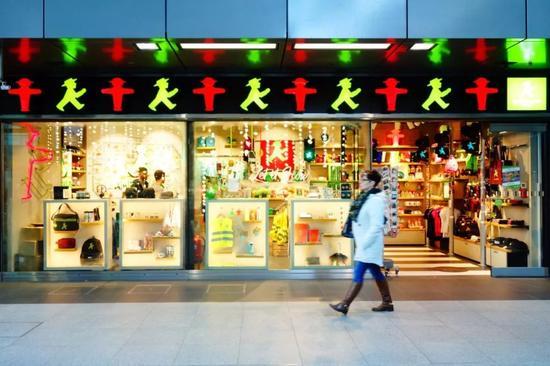 柏林火车站专为红绿灯而设的纪念品店 Mickey