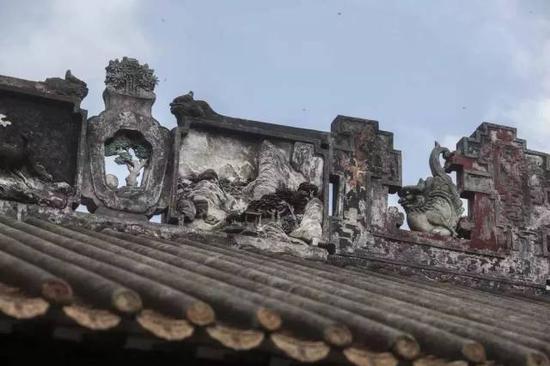 何炳林纪念馆上的灰塑(摄影许伟明)