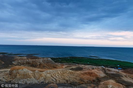 """乌伦古湖有""""戈壁大海""""的美称。 图片来源/视觉中国"""