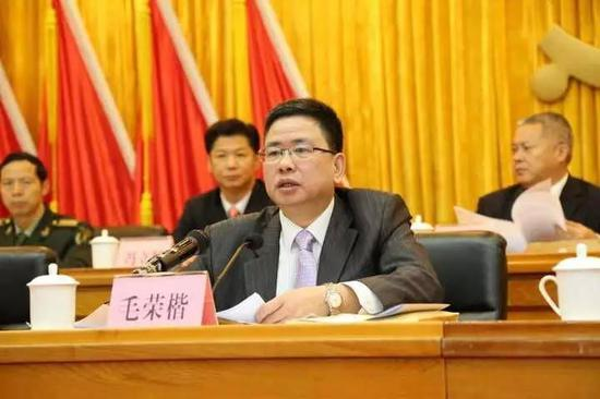 和不少已经落马的官员一样,毛荣楷也是从基层一步步锻炼起来的。