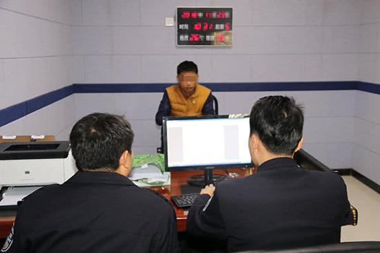 民警讯问嫌疑人吴某。警方供图
