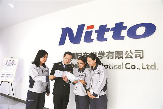 ▲深圳首张享受专项附加扣除的工资表在深圳日东光学有限公司诞生。