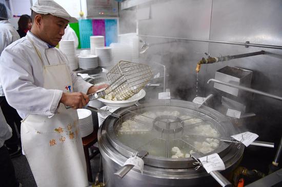 店内煮饺子大锅被篦子隔成八九个隔断。