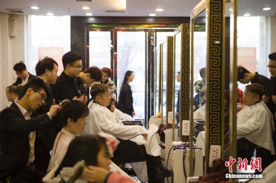 资料图:民众在理发店理发。中新社发 张云 摄