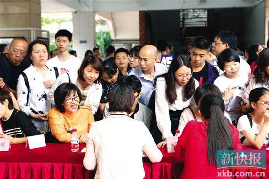 ■昨日,广东实验中学举行开放日,学生和家长到现场进行招生咨询。新快报记者 夏世焱/摄