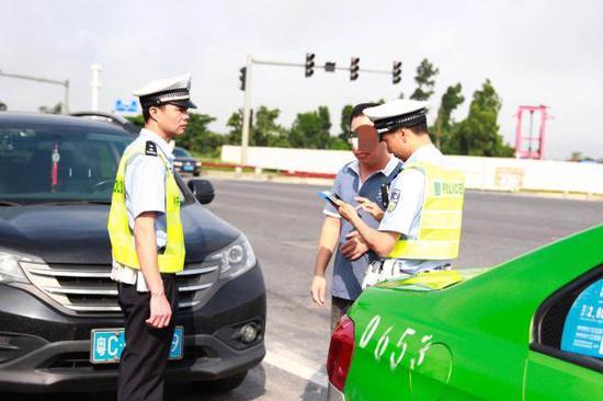 据统计珠海交警共出动警力300多人,设置固定岗点47个,
