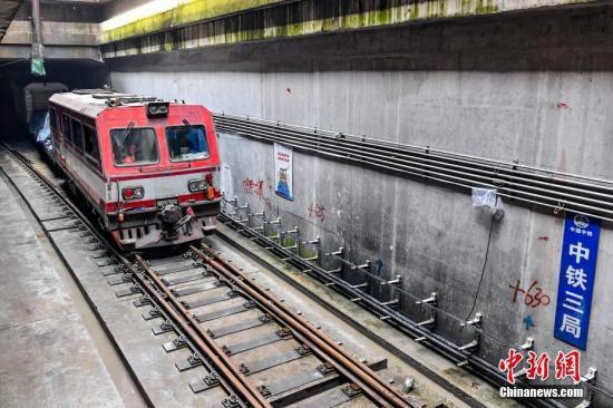 6月5日,广州地铁二十一号线后通段(员村至镇龙西)轨道工程顺利完成最后一个接头焊接,实现全线长轨贯通。中新社记者 陈骥旻 摄