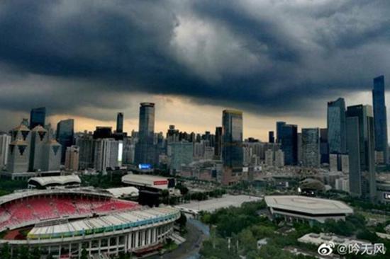 昨天下午广州市区黑云压城。@吟无风