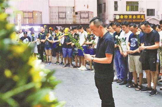 ▲市民自发悼念离世男童小航。本版图片除署名外均由深圳晚报记者 杨少昆 摄