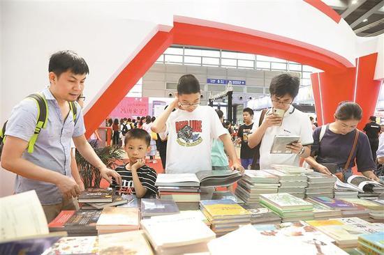 ▲大人小孩一起挑选书籍。深圳晚报记者 杨少昆 摄